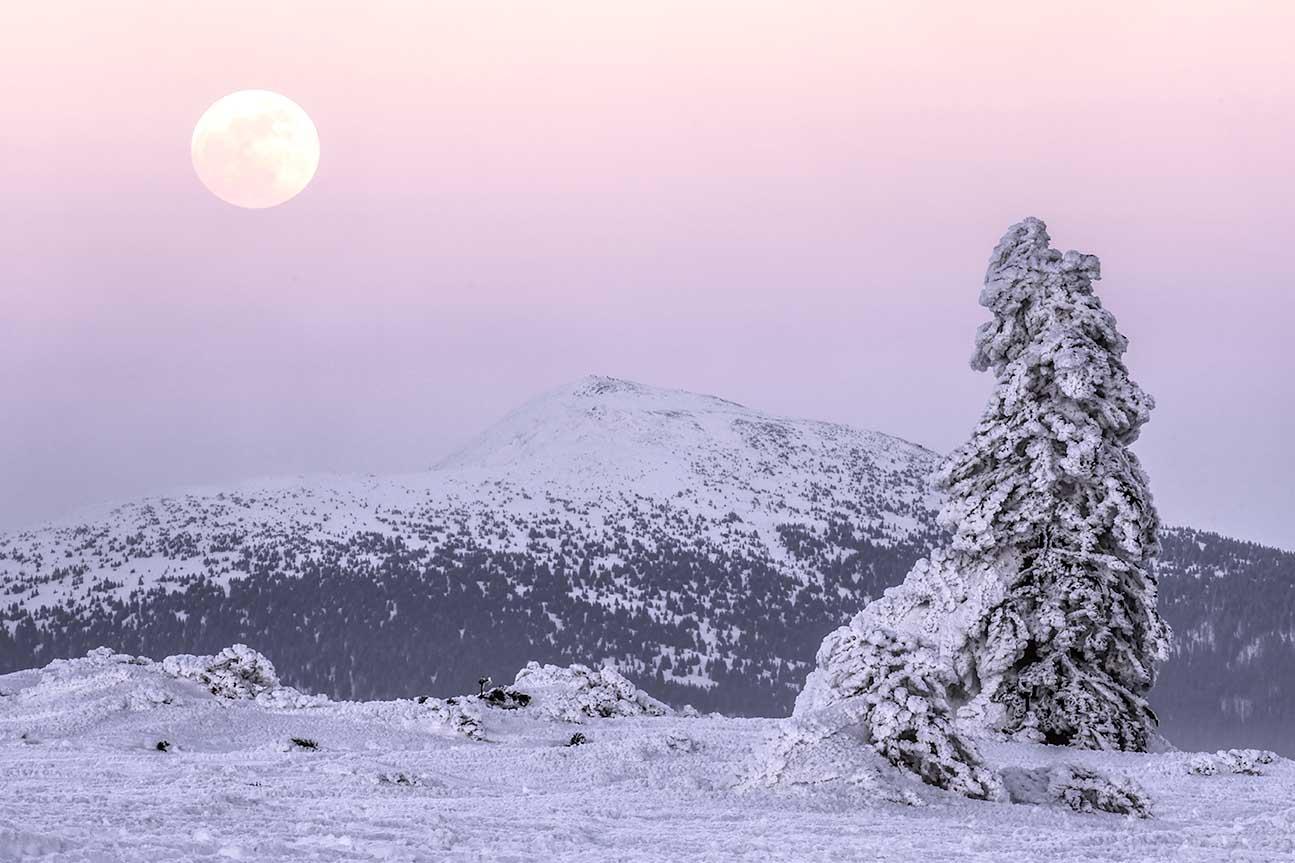 Księżyc nad Babią górą o zachodzie słońca